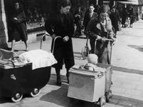 1988-3065 Vrouwen met kinderwagens in de Vierambachtsstraat.