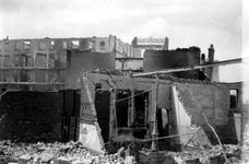 1988-31 Puinresten na het bombardement van 14 mei 1940. De Van der Duynstraat gezien in de richting van de Ridderstraat.