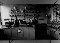 1988-3101 Interieur en twee medewerkers van een dierenvoedingwinkel aan de Goudsesingel.