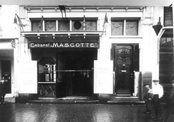 1988-3112,-3113 Theater Cabaret Mascotte aan het Boerensteiger.- 3112: Voorzijde.- 3113: Interieur.
