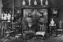 1989-1194 Opstelling van kunstvoorwerpen en meubilair uit de nalatenschap van Jan Striening, oud-oofdleraar aan de ...
