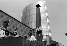 1989-2784 World Trade Center boven de Beurs aan het Beursplein, gezien vanaf de trap van metrostation Beurs.