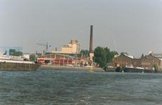 1989-2827 Gezicht vanaf de Nieuwe Maas op de fabrieken aan de Piekstraat in Feijenoord.