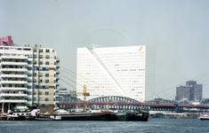 1989-2836 Gezicht op de Nieuwe Maas met de Willemsbrug en de spoorbrug. Links het flatgebouw aan het Antwerpse hoofd op ...