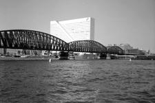 1989-2995 Gezicht op de Nieuwe Maas, links de spoorbrug en de Boompjes met kantoorgebouw Willemswerf.