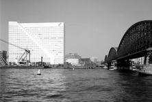 1989-2996 De Nieuwe Maas met aan de overzijde de Boompjeskade en de Boompjes met kantoorgebouw Willemswerf, rechts de ...