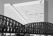1989-3054 Deel van de spoorbrug over de Nieuwe Maas met op de achtergrond kantoorgebouw Willemswerf aan de Boompjes.