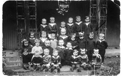 1989-3113 Groepsfoto van kleuterklas van de RK bewaarschool Sint-Maria aan de Robert Fruinstraat. Op de foto staand ...