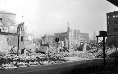 1989-3301 Gezicht op de door het Duitse bombardement van 14 mei 1940 getroffen omgeving van de Kaasmarkt met ...