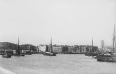 1990-1276 Gezicht vanaf de Maaskade op de Nieuwe Maas met links de spoorbrug en aan de overzijde het Bolwerk.