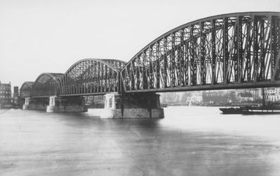 1990-1277 Gezicht vanaf de Maaskade op de Nieuwe Maas met de spoorbrug.Op de achtergrond links de Boompjes, rechts de ...