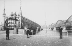 1990-1278 Gezicht vanaf de Maaskade op de Nieuwe Maas met links de Willemsbrug, rechts de spoorbrug en aan de overzijde ...