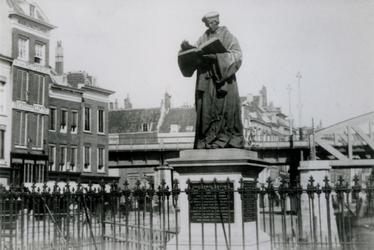 1990-1294 Standbeeld van Erasmus op de Grotemarkt.Op de achtergrond de Steigersgracht en het spoorwegviaduct.