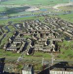 1990-1696 Overzicht van het noordoostelijke deel van de wijk Ommoord, gezien vanuit het zuiden. Op de achtergrond de ...