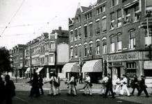 1990-1882 Mariniers op weg naar de kazerne van de Goudse Rijweg naar het Oostplein.