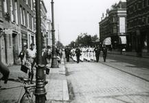 1990-1883 Mariniers op weg naar de kazerne aan het Oostplein.