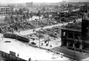 1990-1920 Gezicht op de door het Duitse bombardement van 14 mei 1940 getroffen omgeving van de Karrensteeg, die liep ...