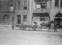 1990-2107 Paard en wagen voor Bodega Fritschy aan de Botersloot.