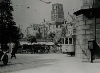 1990-2113 De Grotemarkt, rechts een steunpilaar van het spoorwegviaduct, op de achtergrond de toren van de ...