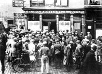 1990-2130 Loterijwinkel Gelukskantoor L. Wolf, op de hoek Gedempte Binnenrotte - Meent.
