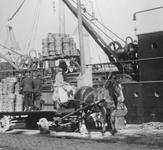 1990-2147,-2148 Het laden en lossen van een Batavierschip aan de Boompjes.