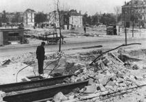 1990-2170 Gezicht in de door het Duitse bombardement van 14 mei 1940 getroffen Zomerhofstraat met restanten van panden, ...