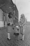 1990-2251 Leden van de familie Schruijer op de Sint-Jobsweg. Links op de foto mevrouw Schruijer.