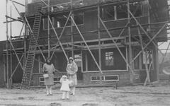 1990-2254 Bouw van een woonhuis aan de Sint-Jobsweg. Links op de foto mevrouw Schruijer.