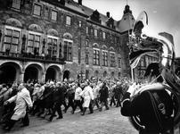 1990-2291 Mariniers bestaan 325 jaar., Begeleid door de Koninklijke Marinierskapel marcheren oud-mariniers over de ...