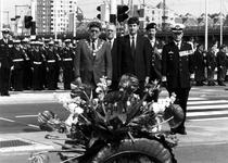 1990-566 Bij de plaquette voor de gevallen mariniers staan op het bruggehoofd van de oude Willemsbrug na de ...