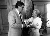 1990-692 In het Stadhuis ontvangt burgemeester Bram Peper uit handen van Stien Weijgertse, voorzitter van het ...