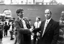 1990-718 Onthulling voetbalmuurtje. De ontwerper van het muurtje kunstenaar Hans Citroen, schudt de hand van de ...