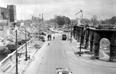 1990-805 Gezicht op de door het Duitse bombardement van 14 mei 1940 getroffen Hoofdsteeg. Van de Oudehaven met de ...