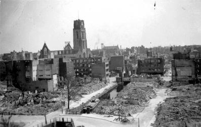 1991-1394 Gezicht op de door het Duitse bombardement van 14 mei 1940 getroffen Delftsevaart met de Raambrug. Verderop ...