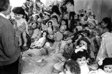 1991-2240 In Ahoy wordt een poppenbeurs gehouden, met een aantal bezoekers van ca. 8000.