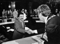 1991-2259 Installatie raadslid.,Burgemeester Peper feliciteert B. Oedairam met zijn benoeming als raadslid voor de PvdA ...