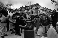 1991-2283 Plaatsing beeldje in de Tarwewijk., Ter gelegenheid van haar veertigjarig bestaan heeft de ...