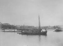1991-2375 Gezicht op de Nieuwe Maas met links de spoorbrug en op de achtergrond het Bolwerk en Oudehaven.