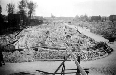 1991-2860 Gezicht op de door het Duitse bombardement van 14 mei 1940 getroffen Dijkstraat. Vanaf de Oostzeedijk gezien. ...