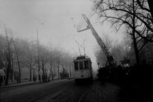 1991-3029,-3030 Het weer in orde brengen van de electrische leidingen van de tram en van de straatverlichting boven de ...