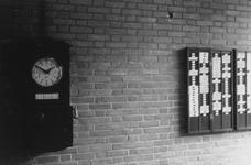 1991-3067 Interieurs van het GEB-gebouw aan de Rochussenstraat. Prikklok en kaartenbak in de werkruimte.