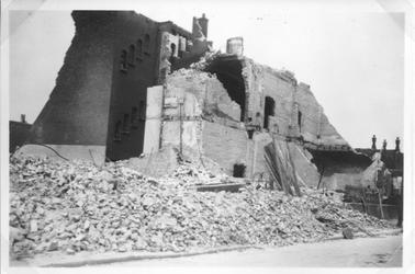 1991-3157 Gezicht op de door het Duitse bombardement van 14 mei 1940 getroffen Schoutenstraat met restanten van een ...