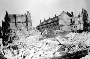 1991-3161 Gezicht in de door het Duitse bombardement van 14 mei 1940 getroffen Dijkstraat. Als gevolg van dit ...