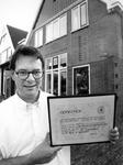 1991-3212 Toekenning Stadsherstel., Het Historische Genootschap 'Roterodamum' heeft een oorkonde en een schildje ...