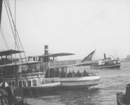 1991-845 Havenrondvaartboten op de Nieuwe Maas bij de Oosterkade.