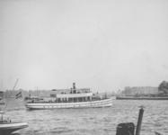 1991-848 Havenrondvaartboot Geisha op de Nieuwe Maas, gezien vanaf de Oosterkade.
