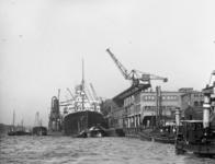 1991-862 Gezicht op de Wilhelminakade bij het terrein van de Holland-Amerika Lijn, met de s.s. Rotterdam op de Nieuwe Maas.