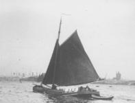 1991-877 Gezicht op de Nieuwe Maas bij Delfshaven met op de voorgrond een zeilschip en op de achtergrond de watertoren ...