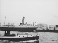 1991-888 Gezicht op de Nieuwe Maas met tanks van de Koninklijke Nederlandse Petroleum Maatschappij aan de Sluisjesdijk.