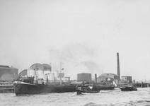 1991-889 Gezicht op de Nieuwe Maas bij de Sluisjesdijk met tanks van een bedrijf aan de Kortenoordsehaven.